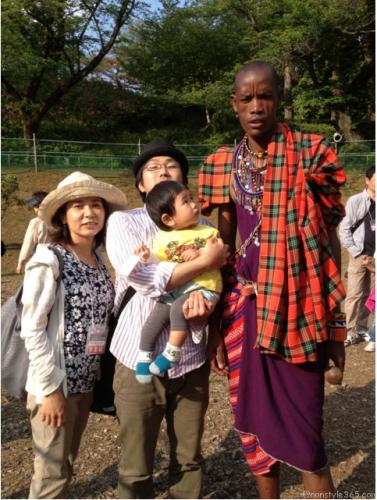 こどもとマサイの戦士と家族写真